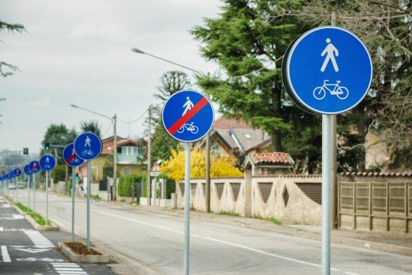 piste ciclabili cartelli in serie