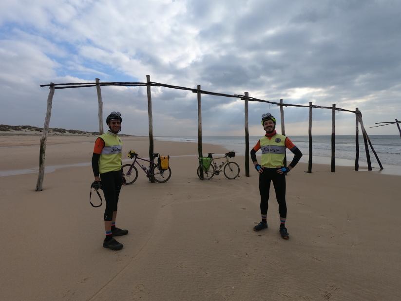 viaggio in bici gravel spiaggia