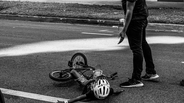 Bambino in bici caduto in strada
