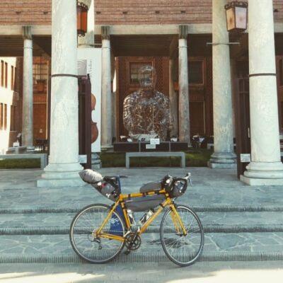Bici gialla e museo del violino